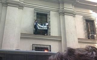 Mujeres Mapuches Suben a Ventana De La Moneda Para Protestar Por Represión Contra Temucuicui