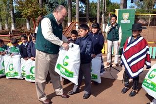 Alcalde De Temuco Entregó Vestuario Escolar a Niños De Escuela Municipal De Mañío Chico