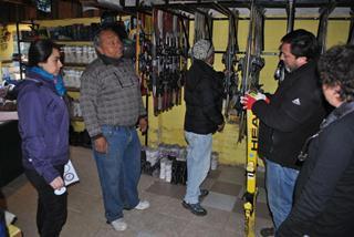 Municipio De Pucón Fiscaliza Equipos De Invierno En Agencias De Turismo