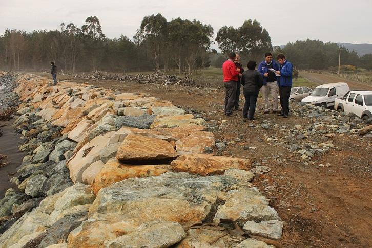 Gobernador Se Traslada A Toltén Para Observar Funcionamiento De Defensa Fluvial  Ante Marejadas