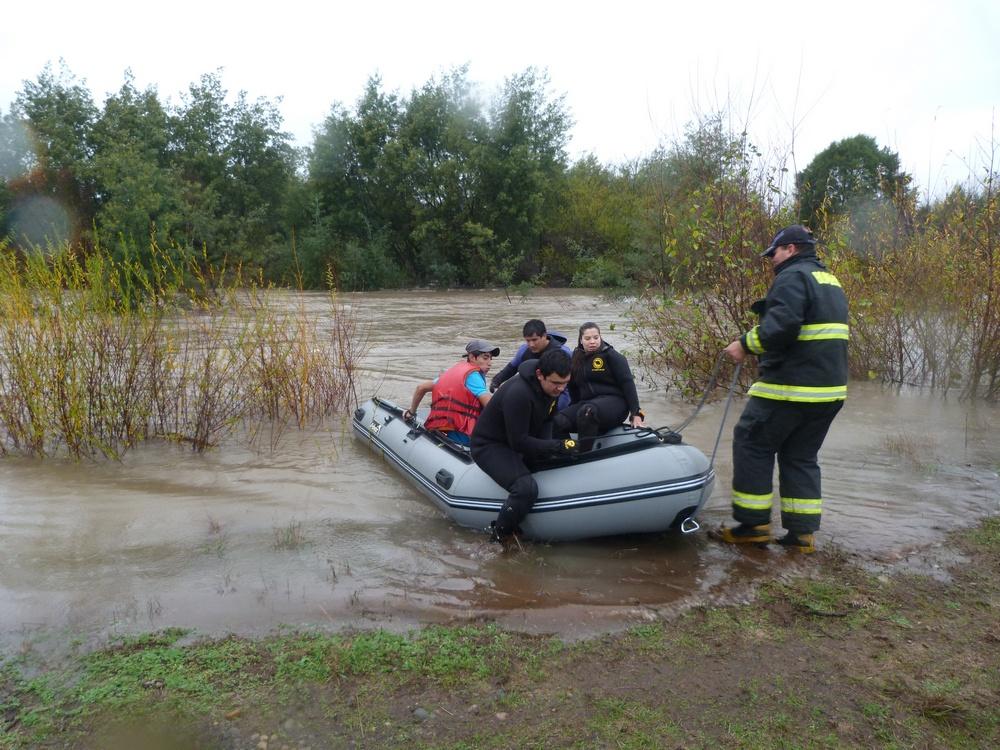 Bomberos De Pitrufquén  Rescata A Familia Del Río