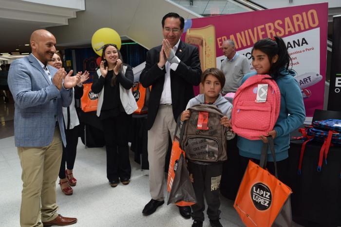 Niños Damnificados Por Incendios Forestales Vivieron Tarde Entretenida En Easton Outlet Mall