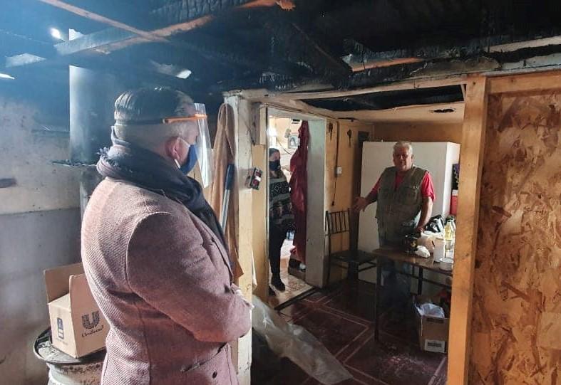 Municipio de Pitrufquén Entrega Ayuda a Familia Afectada Por Incendio